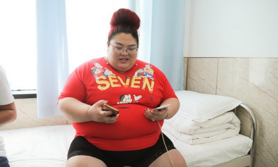 胖妈为80万粉丝直播吃饭变311斤 儿子