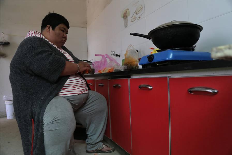 390斤重女子烧饭坐凳子 来长春减肥欲